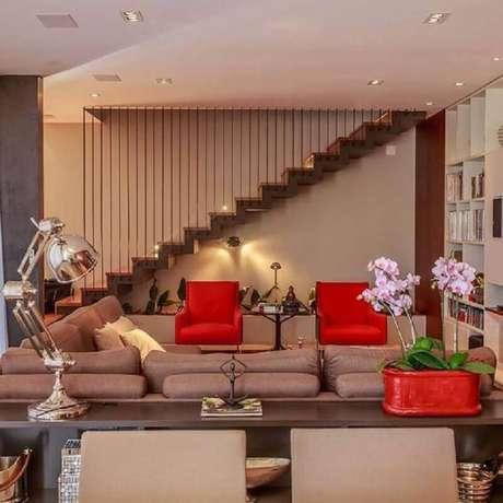 28. Decoração em cores neutras com poltronas coloridas vermelhas para sala de estar – Foto: Jeito de Casa