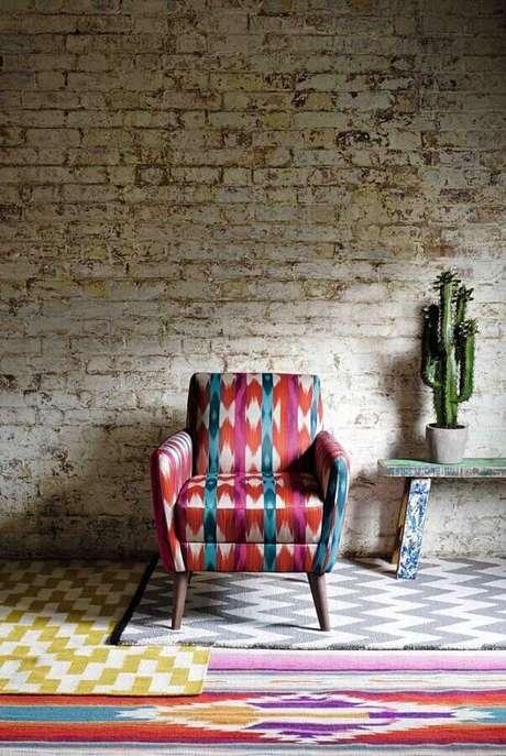 1. A poltrona colorida pode trazer um toque irreverente para sua decoração – Foto: Pinterest