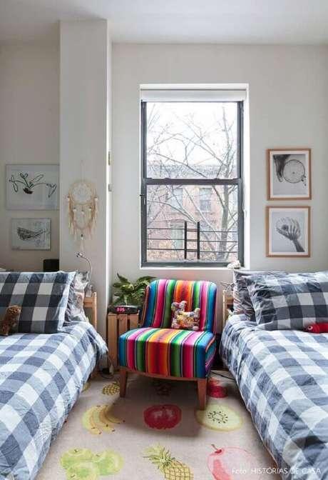 9. Decoração simples com poltrona colorida para quarto – Foto: Histórias de Casa