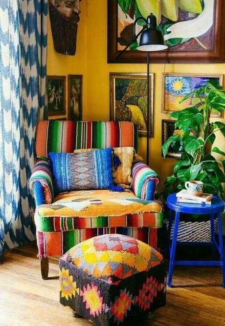 30. Decoração simples com puff e poltrona colorida para sala – Foto: Cut & Paste