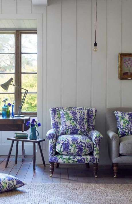 31. Decoração simples com poltrona colorida clássica com estampa floral lilás – Foto: Pinterest