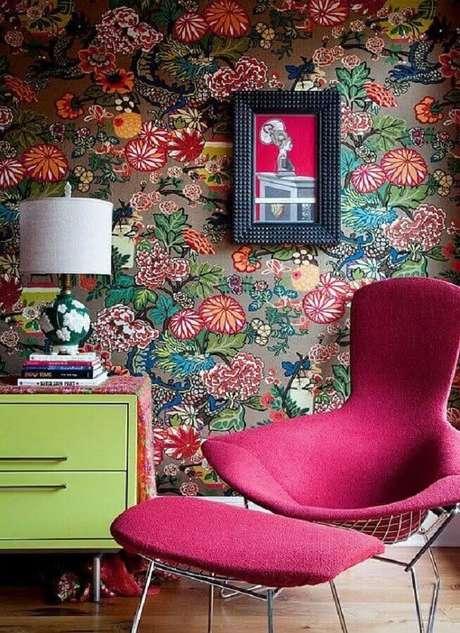 35. Papel de parede floral e poltrona colorida rosa para decoração – Foto: Pinterest