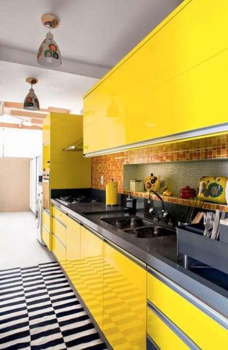 18. Cozinha amarela com tapete branco e preto – Via: Casa e Jardim