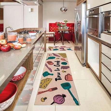 17. Passadeira colorida para cozinha moderna – Via: Americanas