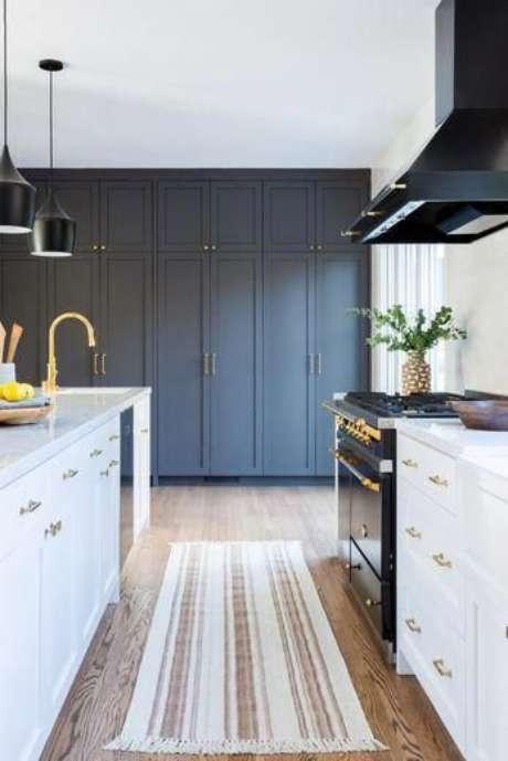16. Passadeira para cozinha azul e branco- Via: Lulu and Georgia