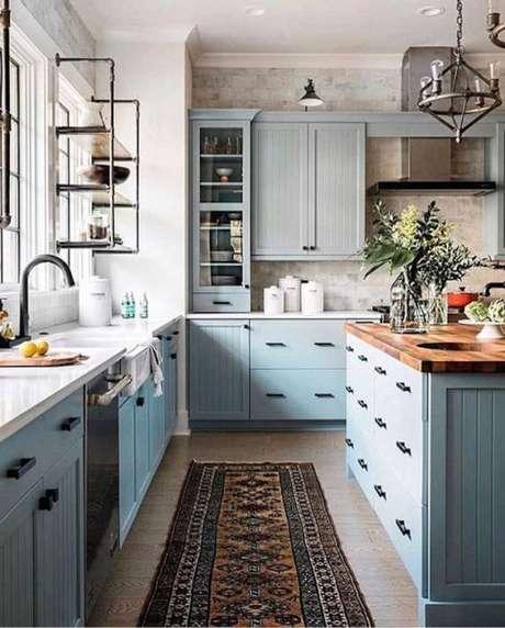 12. Cozinha azul com passadeira para pia de cozinha antiderrapante – Via: Beckiowens