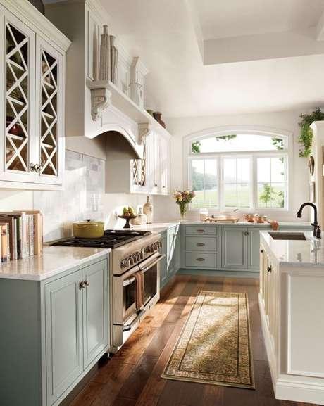 13. Passadeira para cozinha azul e moderna – Via: House Beautiful