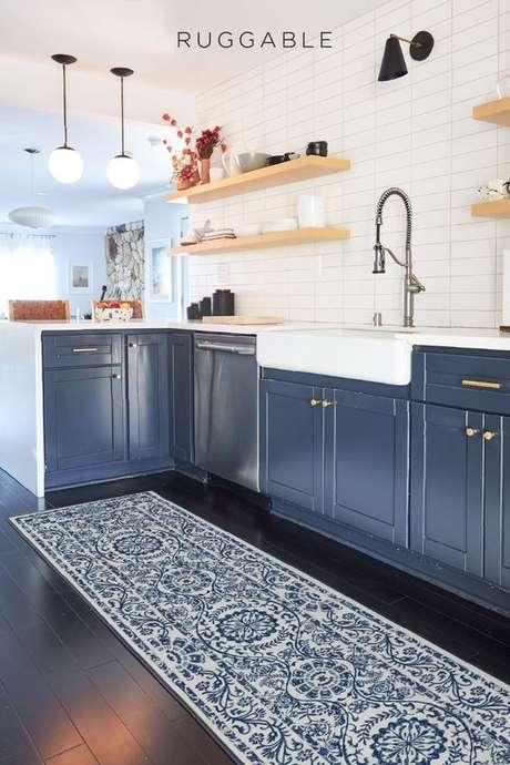 10. Passadeira azul para cozinha – Via: Ruggable