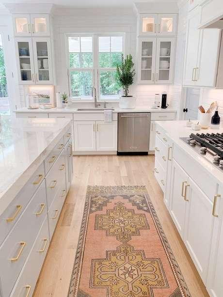 8. Passadeira para cozinha branca e moderna – Via: Chrissy Marie Blog