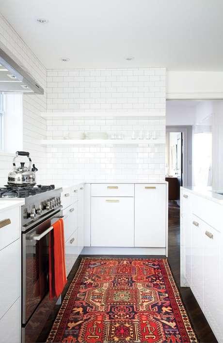 6. Decore sua cozinha moderna com tapetes estampados e lindos – VIa: House e Home