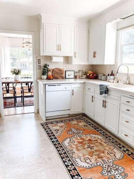 64. Passadeira para cozinha branca moderna – Via: Rebecca e Genevieve