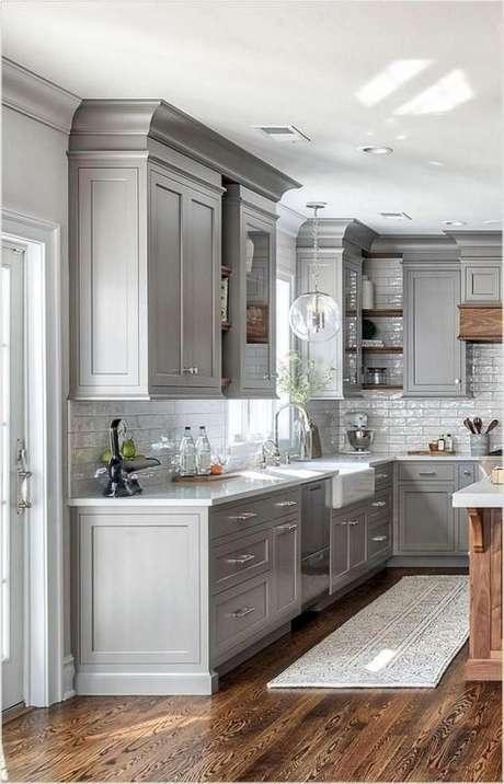 62. Passadeira para cozinha cinza – Via: Ashley Winn Designs