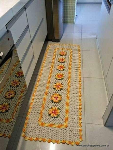 52. Passadeira para cozinha de crochê com flores – Via: Crochê Tapetes