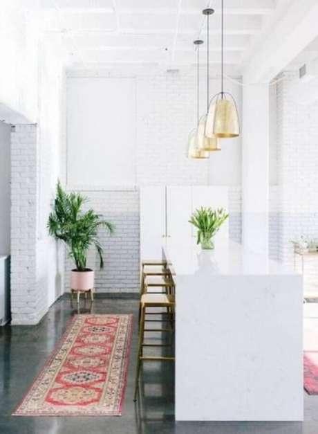 44. Cozinha branca com passadeira vermelha – Via: Revista Vd