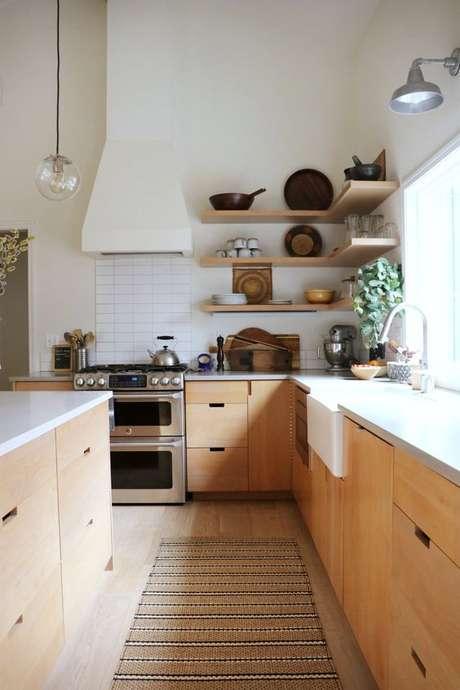 42. Cozinha de madeira com passadeira em tons neutros – Via: Dwell