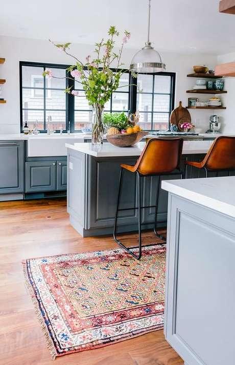 37. Cozinha azul com passadeira estampada – Via: Apartment Therapy