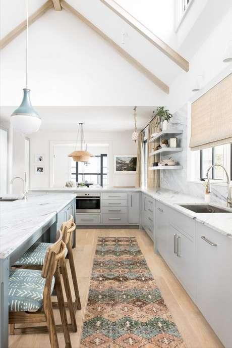 36. Cozinha cinza com passadeira na pia – Via: Cassandra Lavalle