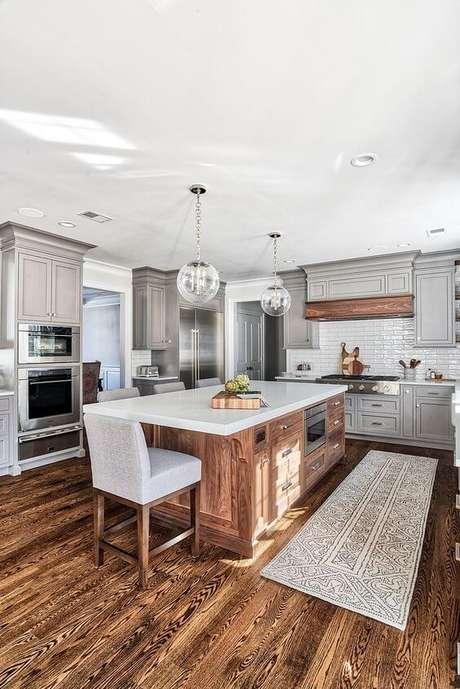 35. Passadeira para cozinha moderna na bancada – Via: Home Bunch