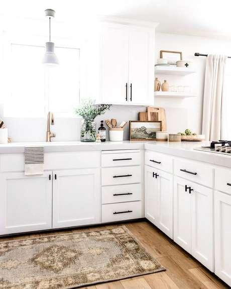 34. Cozinha em L com passadeira estampada – Via: Like or Not