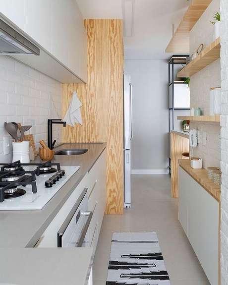 32. Passadeira para cozinha moderna e pequena – Via: Pinterest
