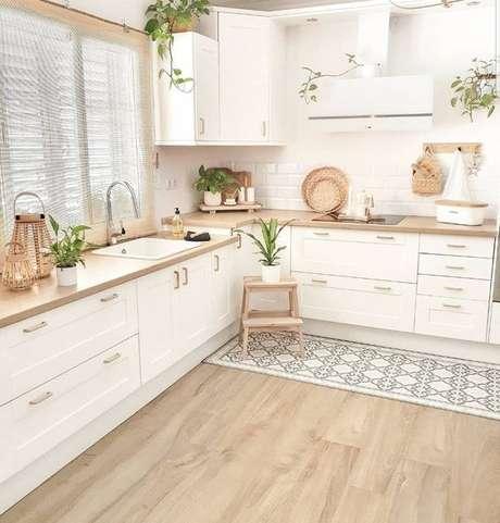 33. Cozinha em L com passadeira azul – Via: Pinterest