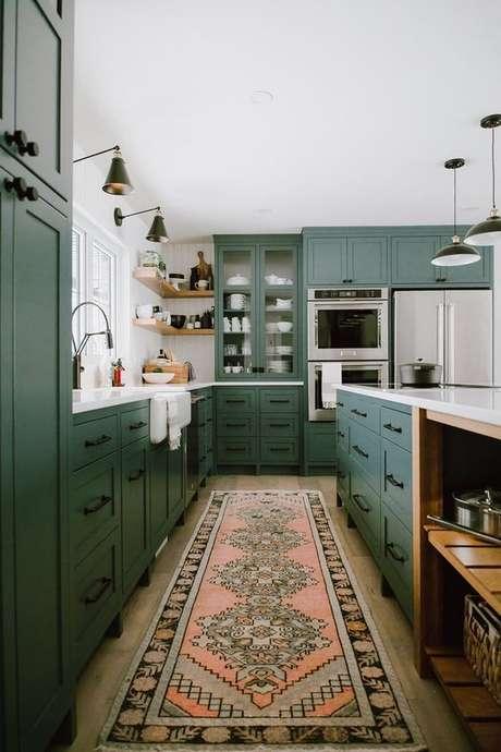 26. Cozinha verde e moderna com tapete estampado – Via: Hunker