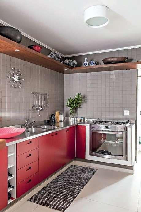 22. Cozinha vermelha com tapete e passadeira – Via: Revista Casa e Jardim