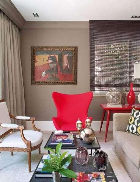 37. Poltrona colorida e aparador vermelho para decoração de sala de estar – Foto: Pinterest