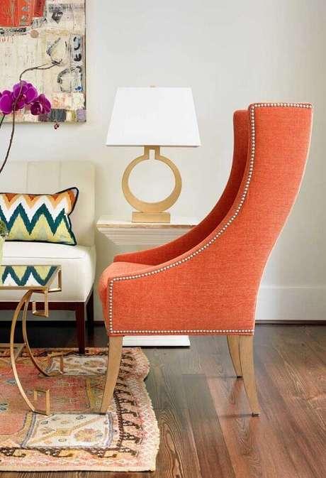 39. Poltrona colorida para sala de estar decorada com abajur branco – Foto: Pinterest