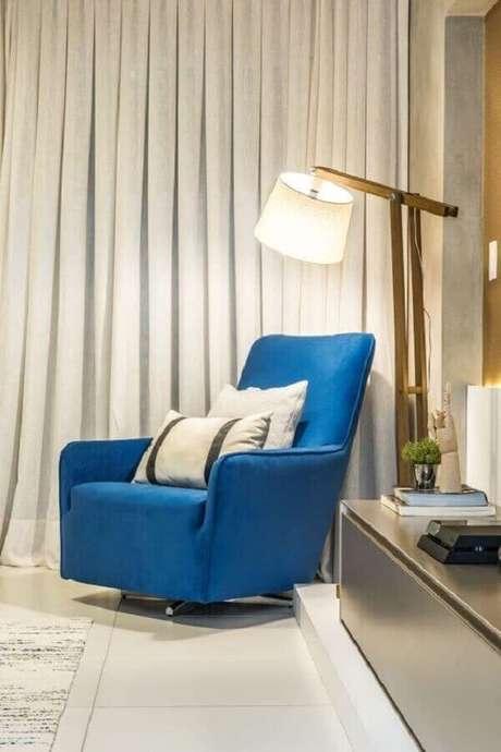 3. A poltrona colorida se destaca na decoração de ambientes com cores neutras – Foto: Pinterest