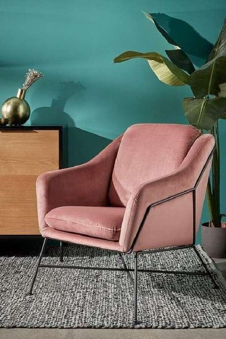 40. Poltrona colorida rosa para sala decorada com parede verde e tapete cinza – Foto: Histórias de Casa