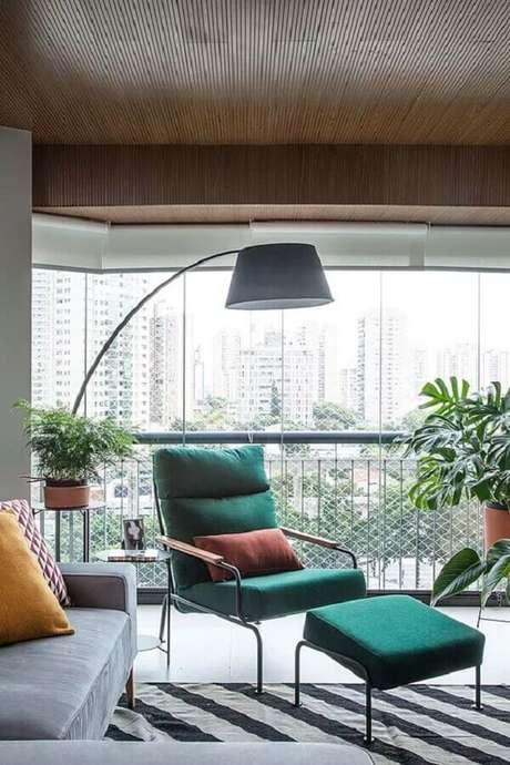 42. Decoração moderna com poltrona colorida para sala integrada com varanda – Foto: Histórias de Casa