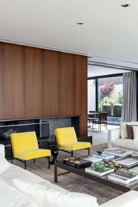 44. Poltronas decorativas coloridas amarelas para decoração de sala de estar ampla e moderna – Foto: Histórias de Casa