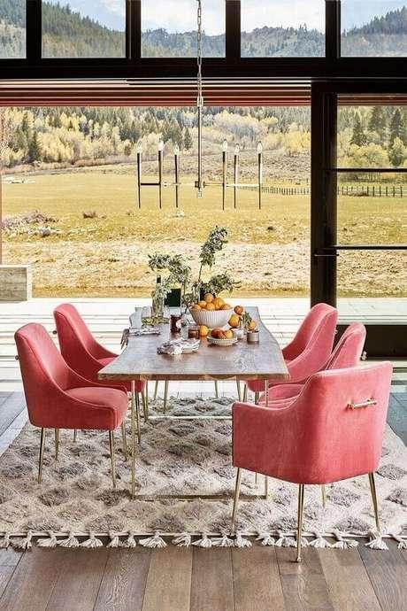 45. Sala de jantar decorada com poltronas coloridas cor de rosa – Foto: Pinterest