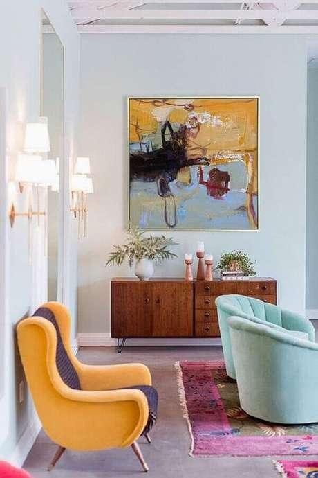 47. Poltronas coloridas para sala decorada com buffet de madeira – Foto: Etsy
