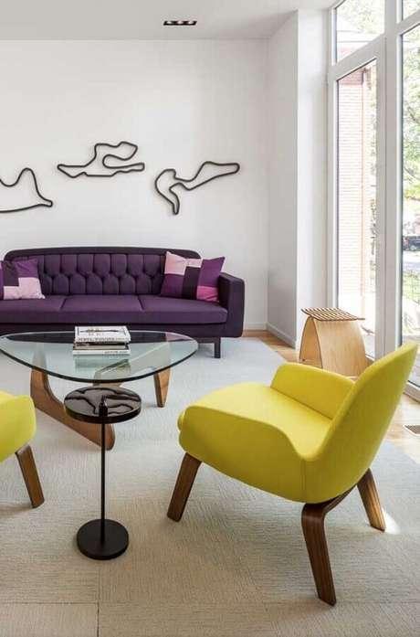 49. Poltronas decorativas coloridas amarelas para decoração de sala clean com sofá roxo – Foto: Apartment Therapy