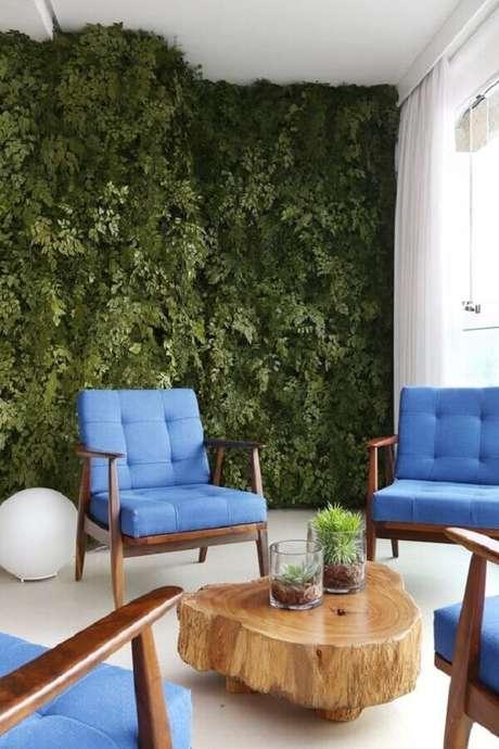 51. A varanda também pode ser decorada com poltronas decorativas coloridas – Foto: Homify