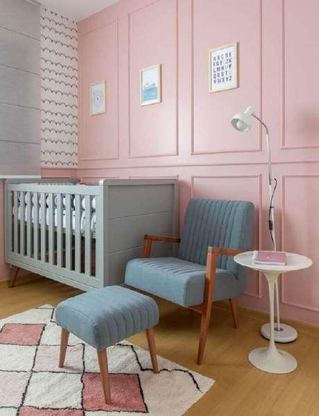 52. Quarto de bebê cor de rosa decorado com poltrona colorida azul claro com puff – Foto: Amis Arquitetura e Decoração