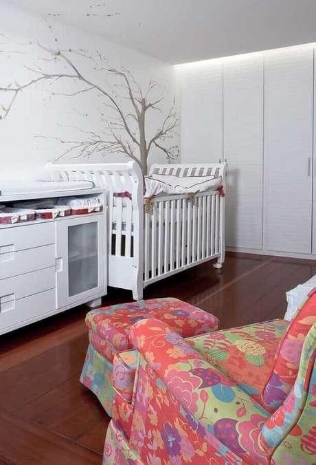 10. Quarto de bebê decorado com poltrona colorida com puff – Foto: Pinterest