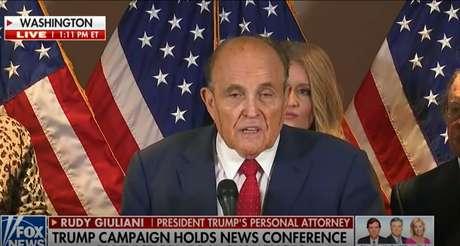 Rosto de Rudolph Giuliani ficou manchado pela tintura de cabelo escorrida com o suor da cabeça