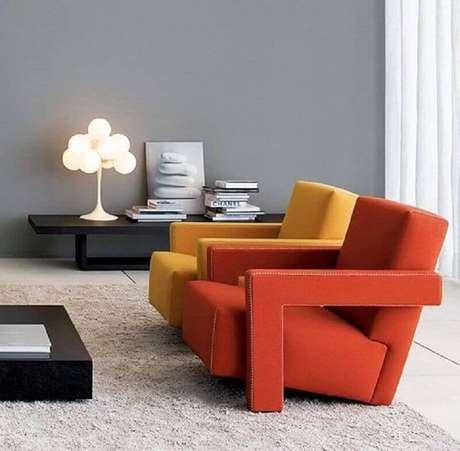 55. Sala cinza decorada com poltronas decorativas coloridas modernas – Foto: Montacasa