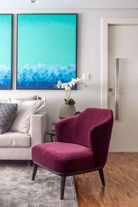56. Sala clean decorada com quadro azul grande e poltrona colorida bordô – Foto: Spaço Interior Arquitetura