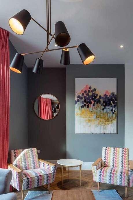 57. Poltronas coloridas estampadas para decoração de sala cinza – Foto: Houzz