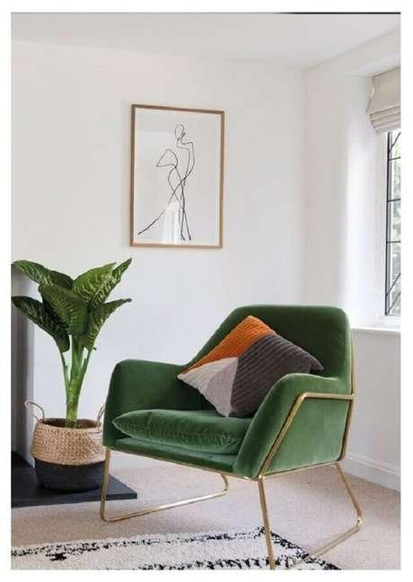 59. Sala de estar decorada com poltrona colorida verde – Foto: Made