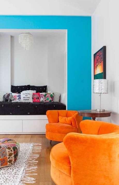 62. Decoração irreverente para sala com poltronas decorativas na cor laranja – Foto: Pinterest