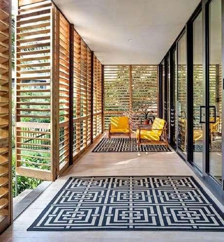 63. Decoração de varanda ampla com poltronas coloridas amarelas – Foto: Pinterest