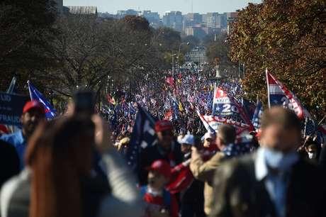 Milhares de apoiadores de Trump marcharam pelas ruas de Washington D.C. no sábado