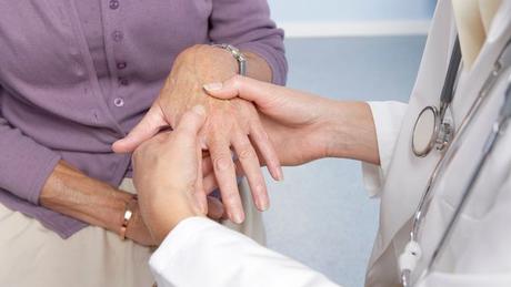 Doenças como artrite reumatoide e lúpus possuem uma origem autoimune. Isso significa que o próprio sistema imunológico passa a atacar algumas estruturas do corpo, como as articulações. Sintomas mais frequentes incluem dores e inchaço.