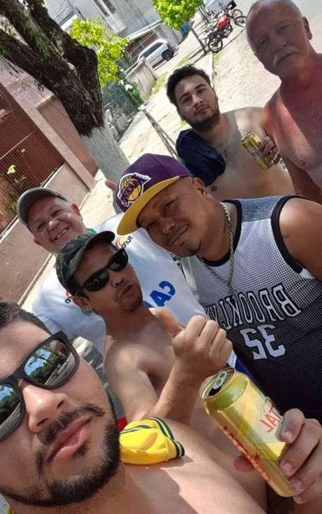 João Alberto e amigos membros da torcida organizada Os Farrapos, do clube São José