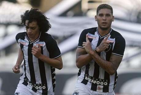 Rafael Navarro (à direita) comemora gol (Foto: Vítor Silva/Botafogo)